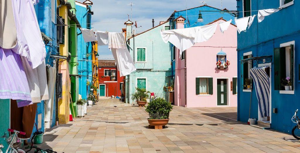 Visite las pintorescas calles de la isla de Burano, a 30 minutos en vaporetto