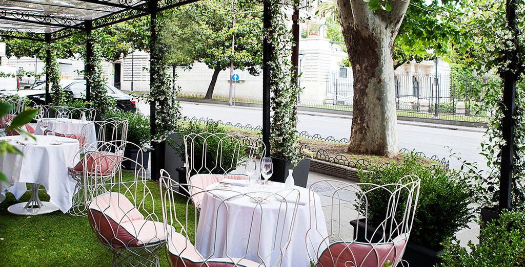 En el Restaurante Piero's Bistrot podrá cenar al aire libre y disfrutar de la verdadera 'Dolce Vita'