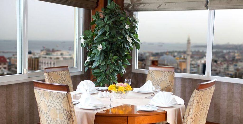 Deguste exquisitos platos en el restaurante y disfrute de las vistas