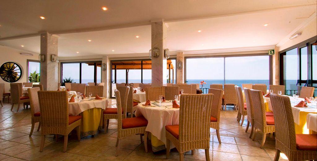 Degusta una exquisita gastronomía mientras contemplas el mar