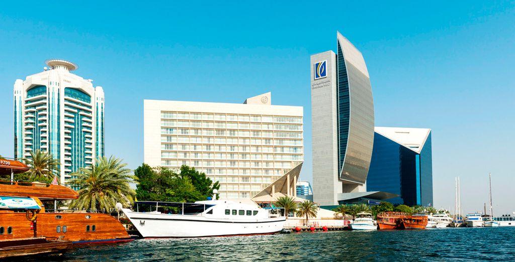Sheraton Dubai Creek Hotel & Towers 5* se encuentra a orillas del arroyo de Dubái