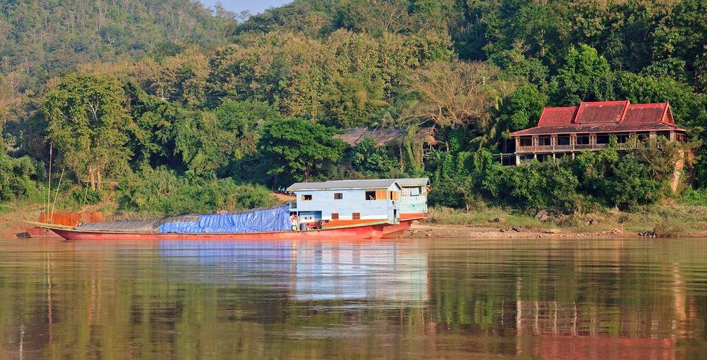 Realizarás un  paseo por el río Mekkong en lancha tradicional tailandesa