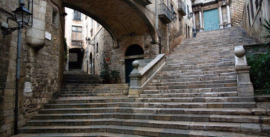 Pasee por las calles de la ciudad de Girona, una escapada del campo a la ciudad para explorar