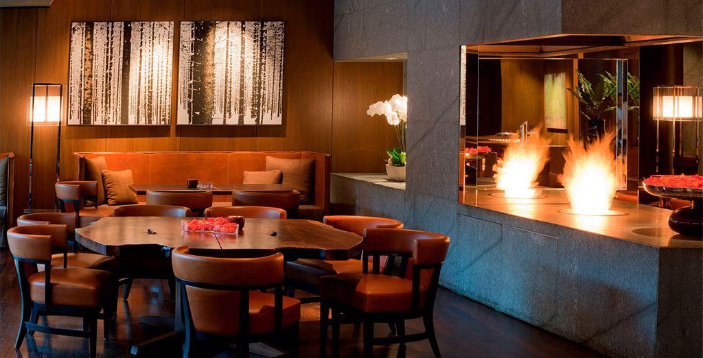 Disfruta de una copa en el Tizian Lounge