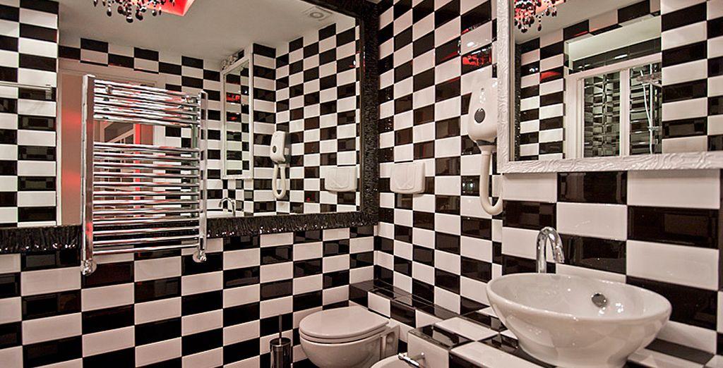 Con baño moderno y colorido en la misma