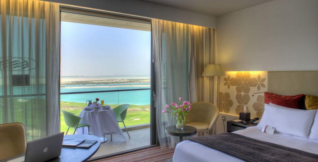 Descansarás en una habitación Deluxe con vistas al mar