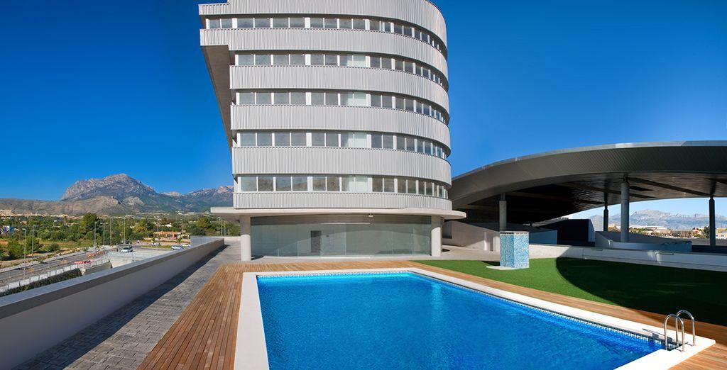 Aproveche el clima mediterráneo en la piscina exterior o en la terraza