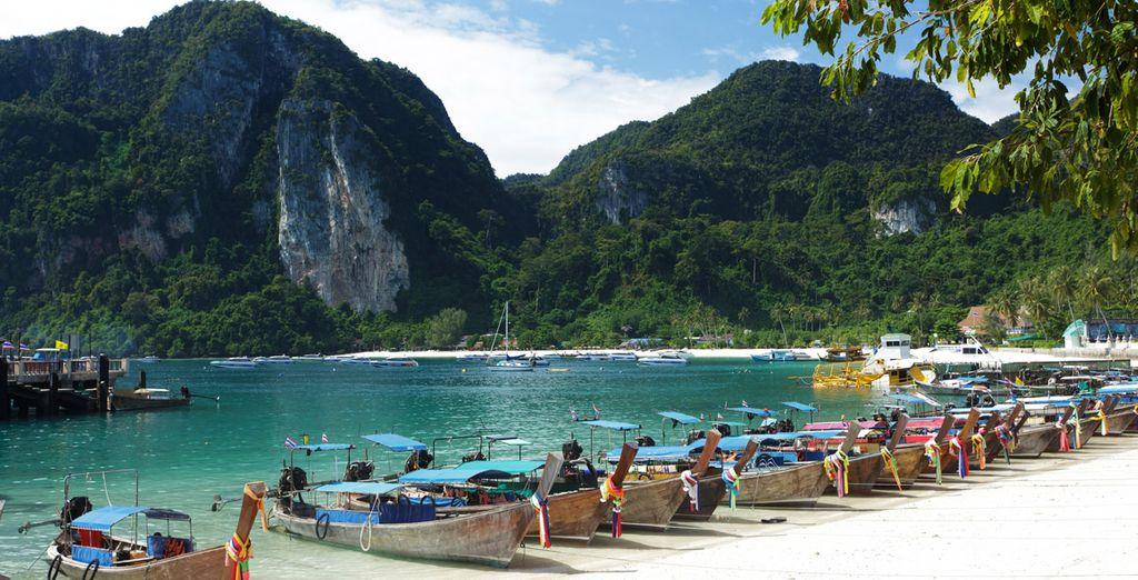 Barcos de cola larga en la bahía de Tonsai, en de Phi Phi