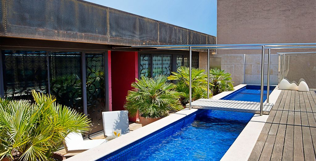 Ambiente y espacios modernos, cuenta con una singular piscina