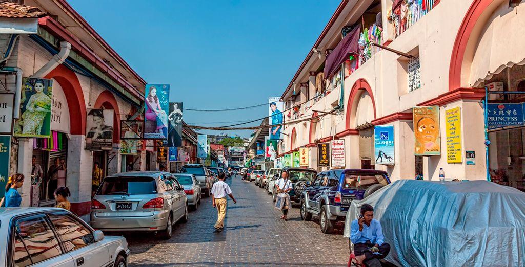 Visite el mercado Bogyoke, en donde podrá comprar recuerdos únicos