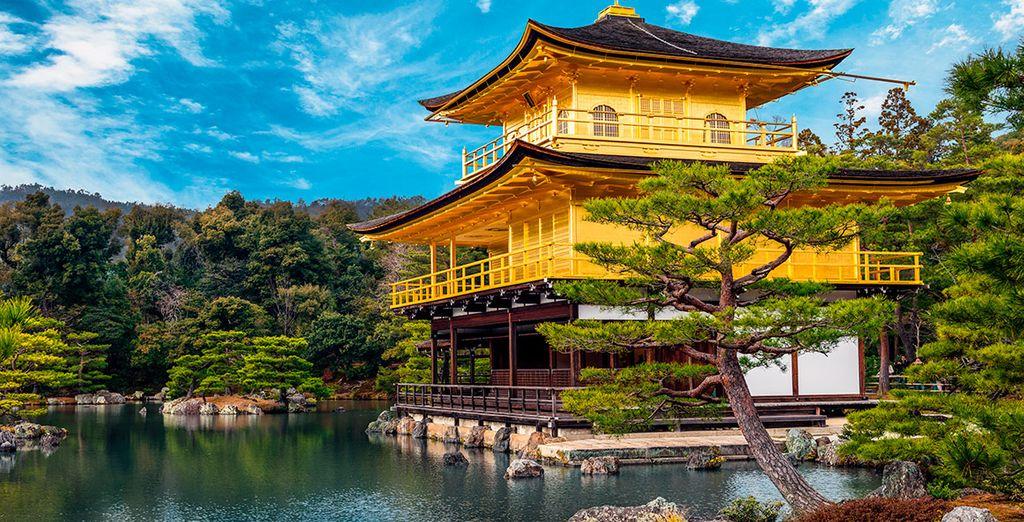 Sus paredes exteriores están forradas de oro, de ahí su sobrenombre como el Pabellón de Oro