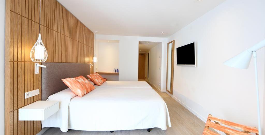 Descansarás en tu confortable habitación con vistas laterales al mar