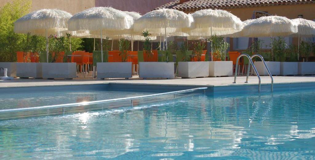 Puede disfrutar de un delicioso refrijerio junto a la piscina del hotel