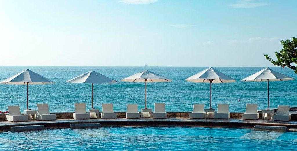 Relájese en el sol en la piscina exterior