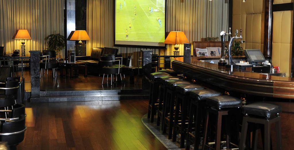 Disfrute de una copa en el bar...