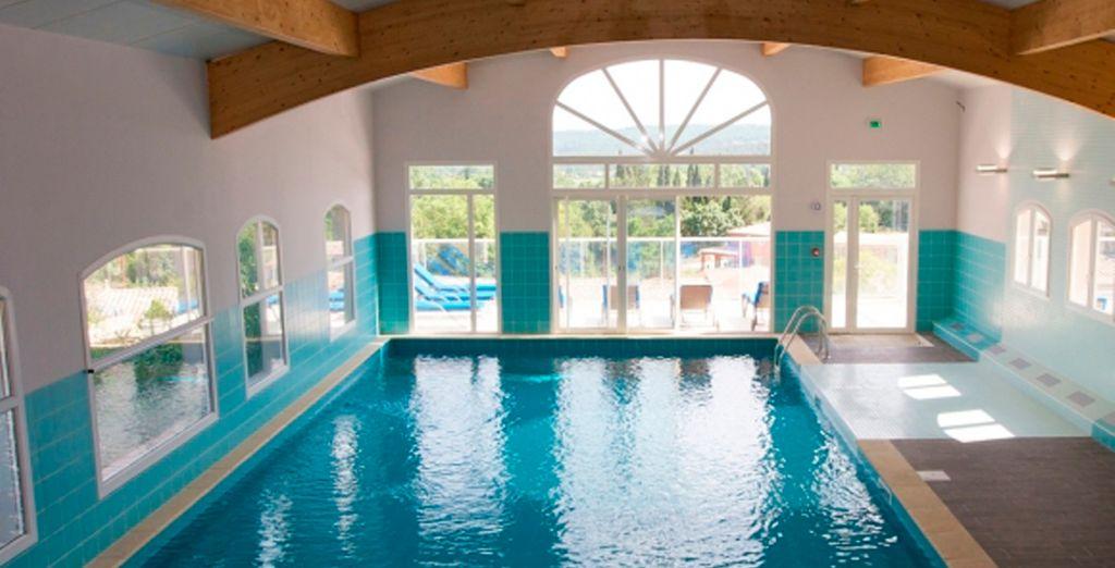El sol entra directamente a la piscina interior