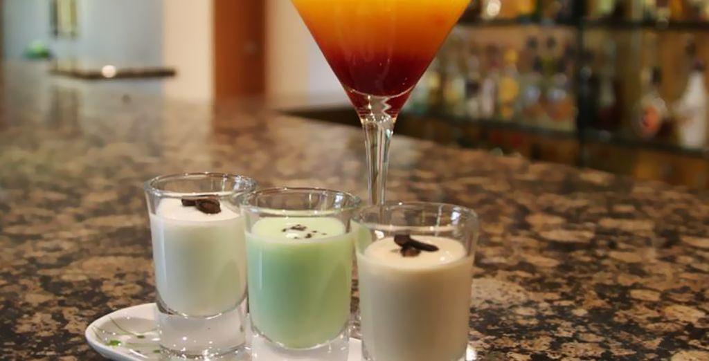 Relájese con su copa favorita en el bar del hotel