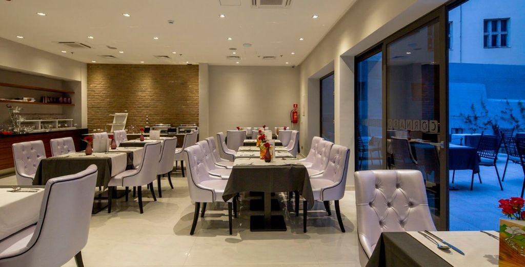 El restaurante sirve un desayuno buffet completo gratuito todos los días