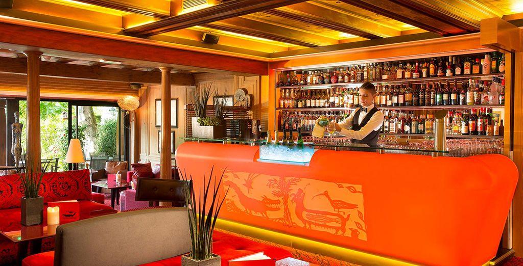 Disfrute de un rico aperitivo en el bar del hotel