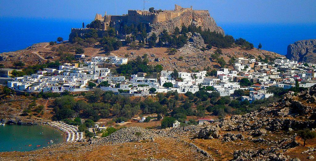 Vous serez idéalement placé pour découvrir les somptueux paysages méditerranéens de Rhodes...