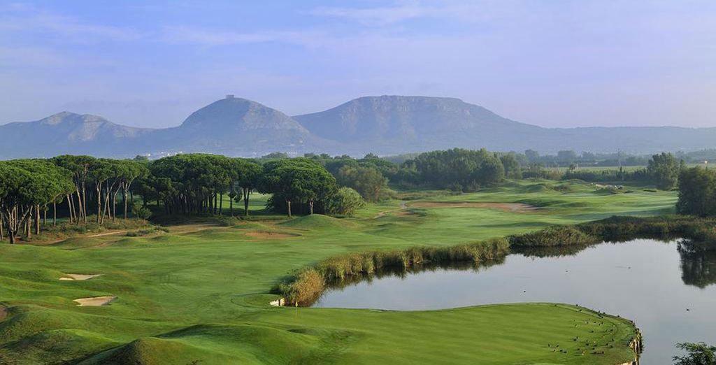 oscillant entre les montagnes et les terrains de golf