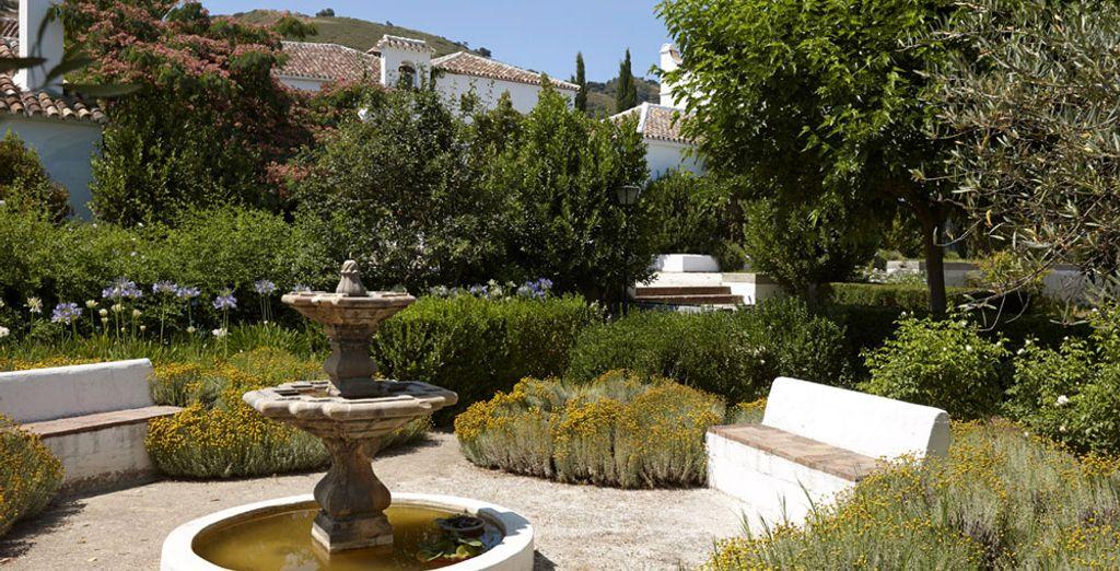 Et découvrez son luxuriant jardin de 10000 m²
