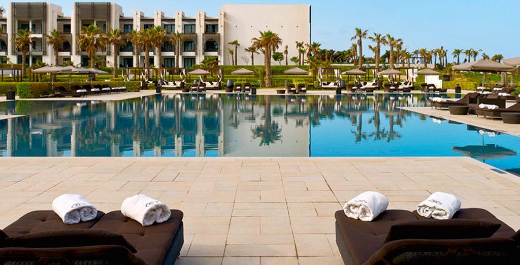 Ou au bord de la superbe piscine...