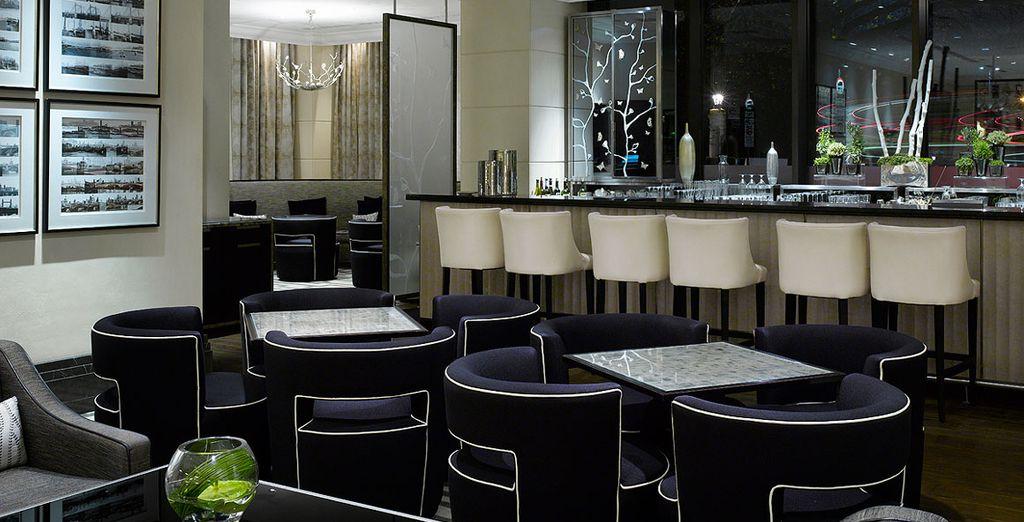 En soirée, sirotez un cocktail au bar