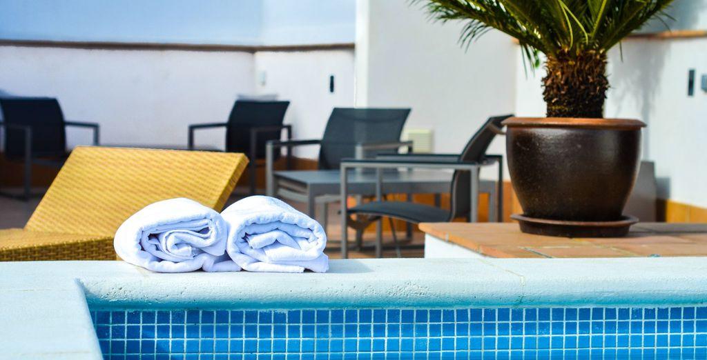 Et savourez un moment de détente près de la piscine