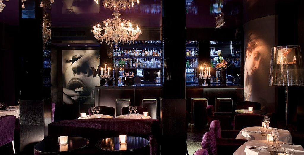 En soirée, partagez de bons moments au bar de l'hôtel