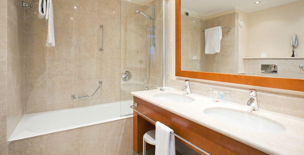 Équipée d'une sublime salle de bain en marbre