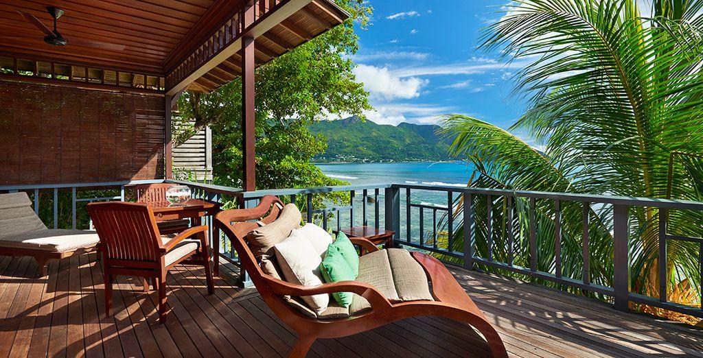 Profitez de votre balcon privé offrant une vue exceptionnelle sur l'eau