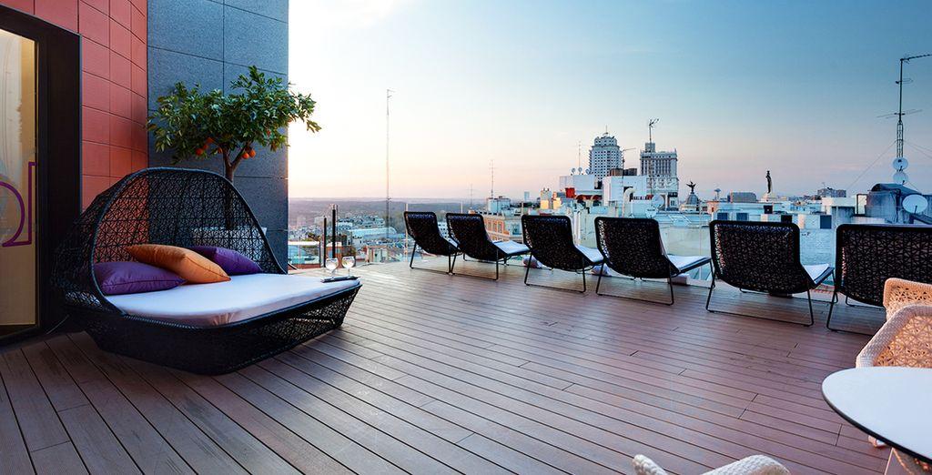Rejoignez le toit-terrasse de l'hôtel