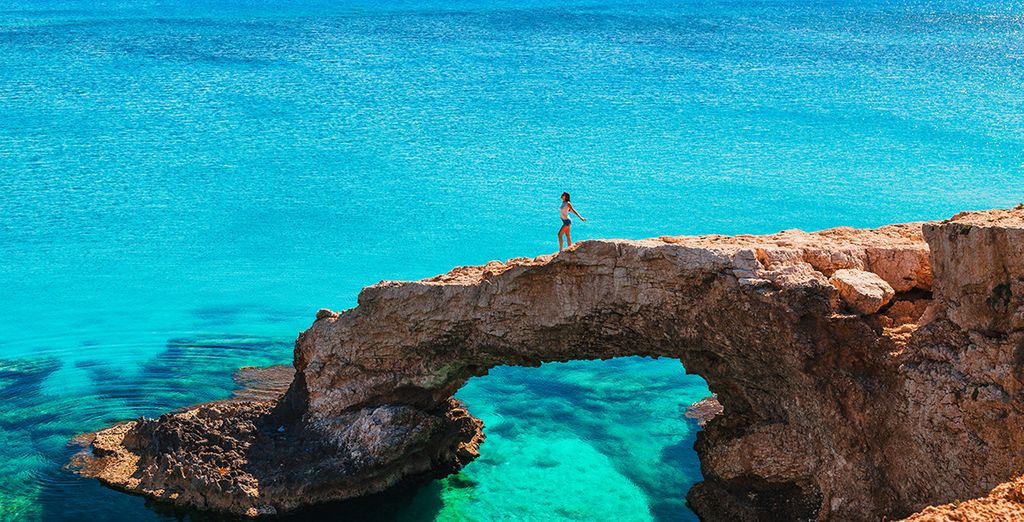 Paysage de Chypre, côtes rocheuses et eaux turquoise de la mer méditerranée