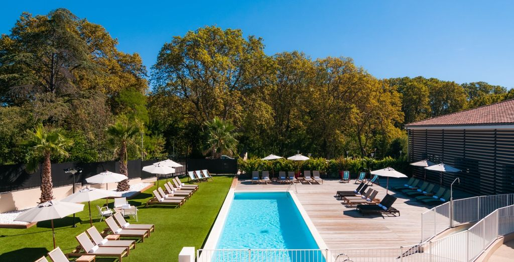 À la belle saison, vous pourrez profiter de sa piscine extérieure