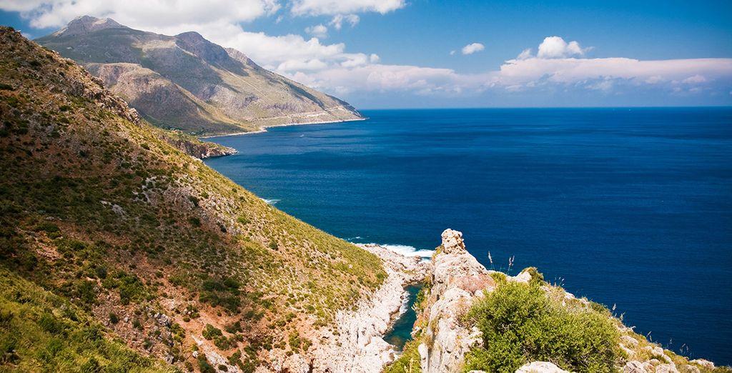Paysage de la Sicile, entre mer méditerranée et  montagnes