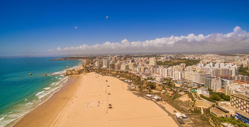 Prélassez-vous sur la plage de sable fin...
