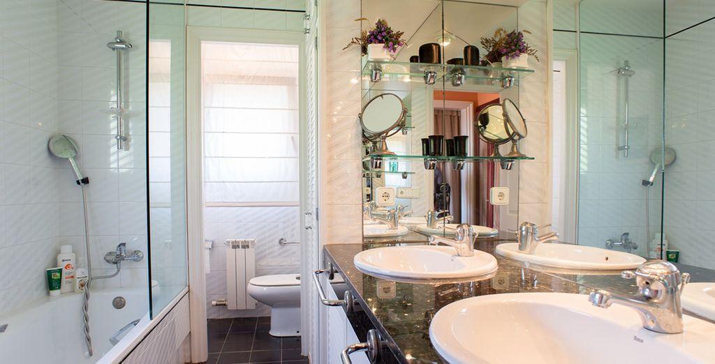 Une salle de bains moderne et spacieuse