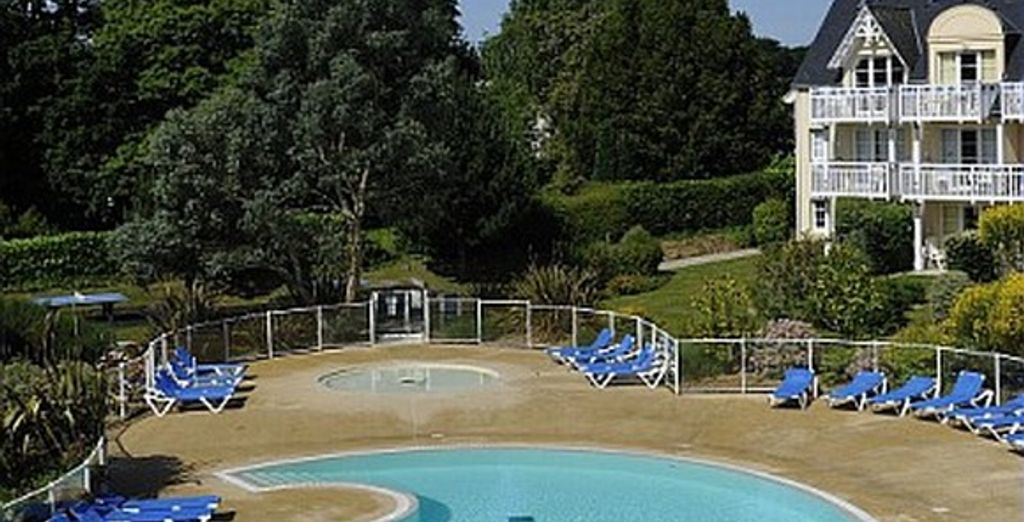 Plongez dans sa piscine extérieure chauffée...