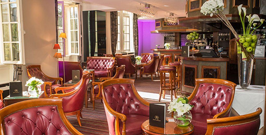 Savourez un cocktail au bar de l'hôtel