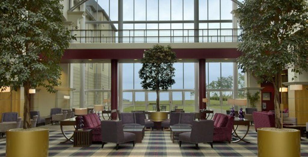 Le lobby illuminé par sa grande verrière