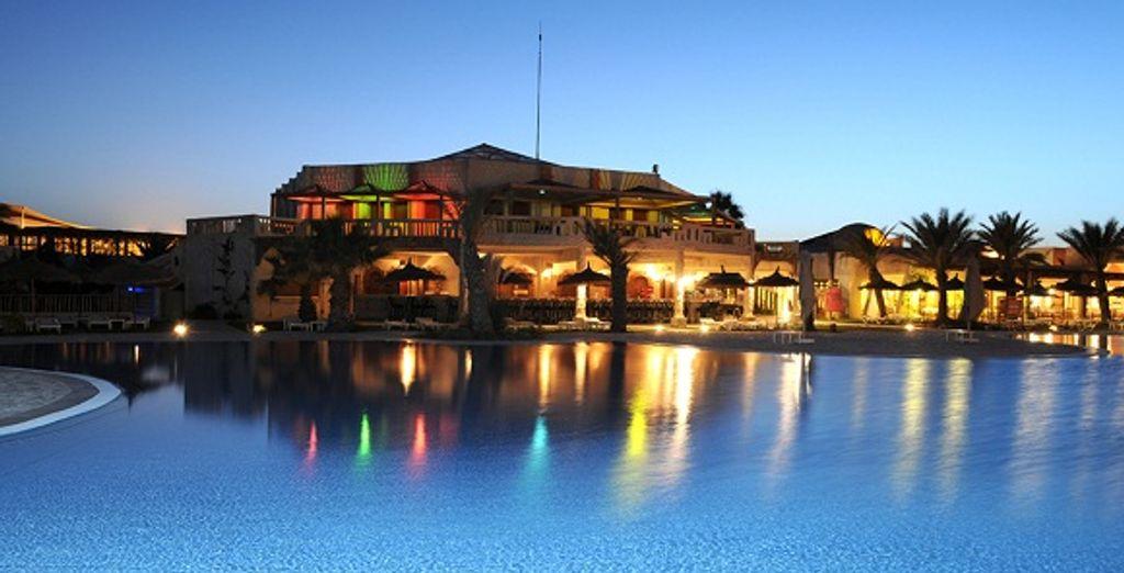 La nuit, l'hôtel scintille comme un rêve des mille et une nuits