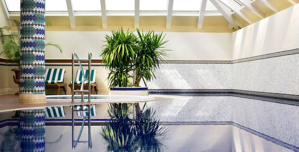 Instants bien-être dans la piscine intérieure