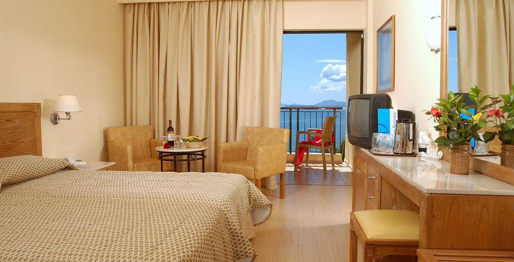 Découvrez votre chambre standard vue mer latérale...