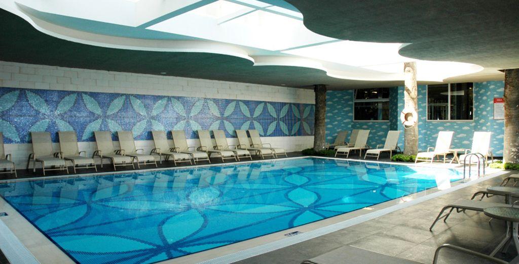 Et où vous pourrez vous faire détendre au bord de la piscine intérieure...