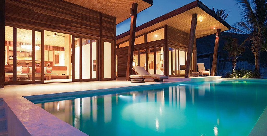 Plongez dans le grand bleu de la piscine aux eaux translucides