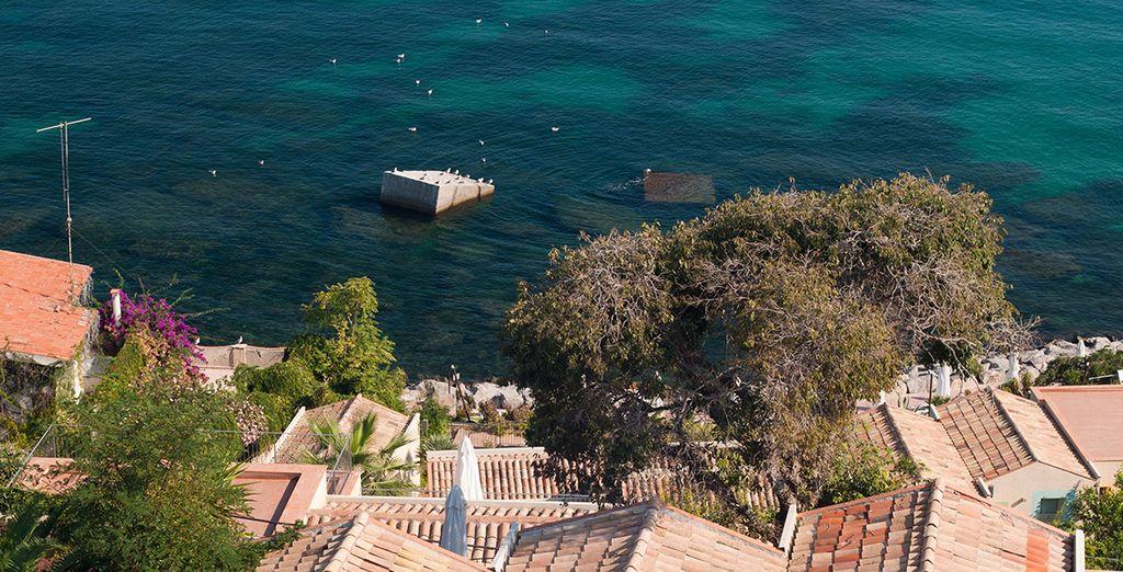 Face aux eaux cristallines de la côte de Palerme