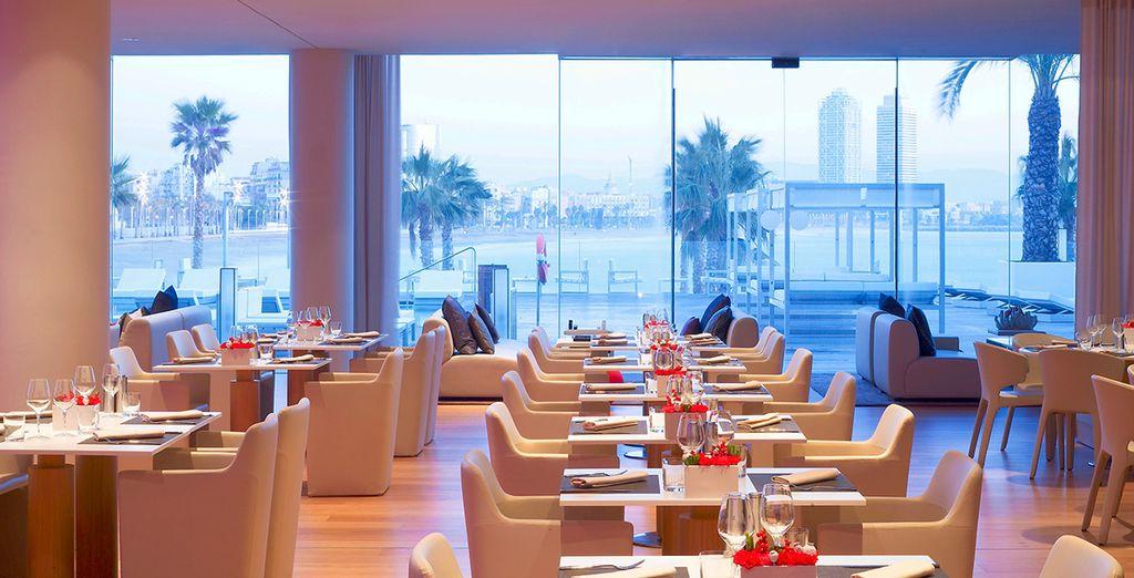Restaurant gastronomique au cœur d'un hôtel à Barcelone avec vue sur les palges de sable fin d'Espagne