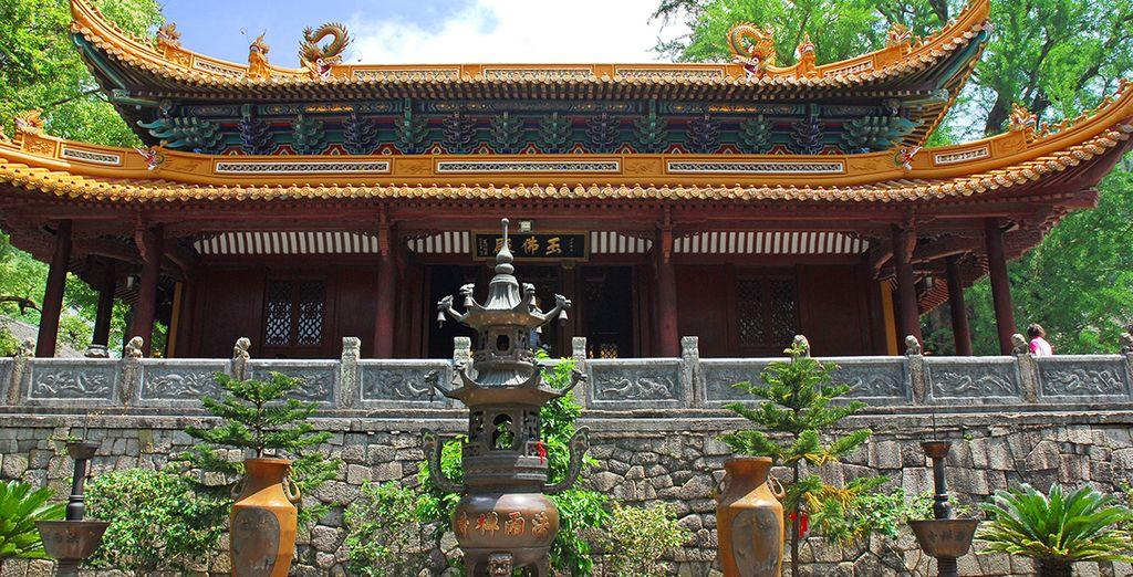 De retour à Shanghai, vous visiterez le fameux temple du Bouddha de Jade...