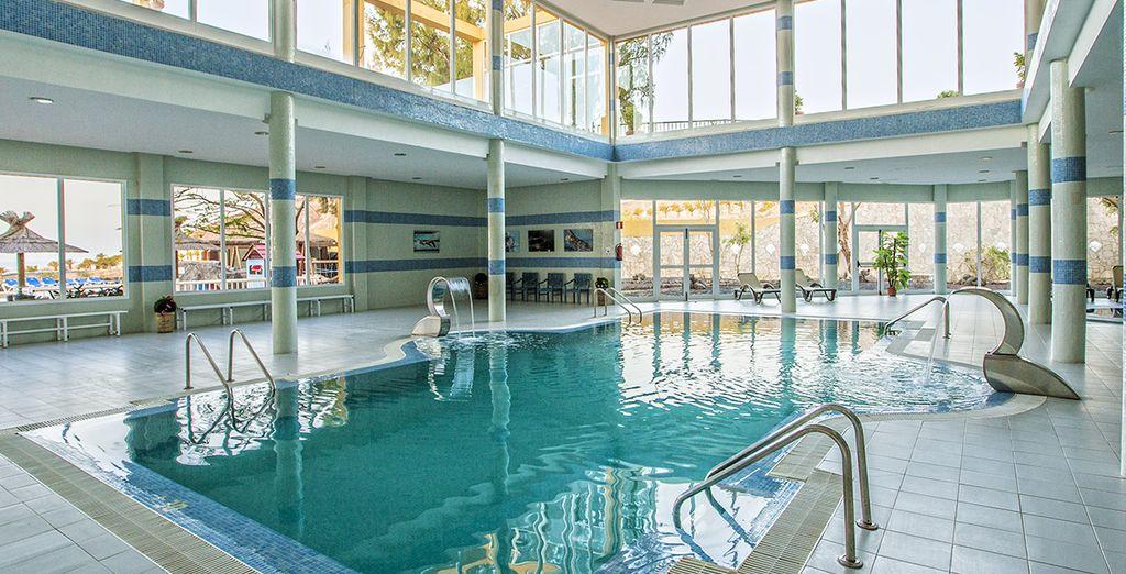 Profitez d'un bien-être absolu dans la piscine intérieure